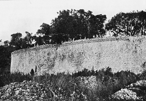 Great Zimbabwe, view of southeast wall of Great Enclosure taken in 1906 by Randall MacIver. (Wikimedia Commons/PD-1923).